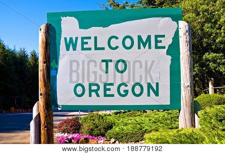 Welcome to Oregon sign on Highway 101