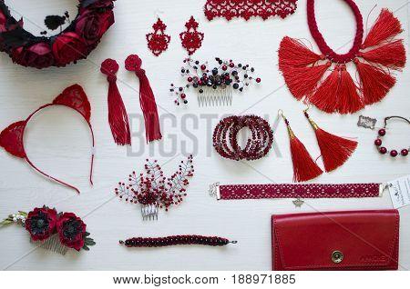 Красная бижутерия и кожгалантерея на белом фоне