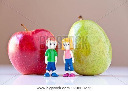 Mädchen und jungen, die Diskussion über gesunden Ernährung (Birne und Apfel)