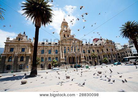 Palomas volando sobre Ayuntamiento de cape town, Sudáfrica
