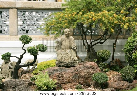 Small Statues And Dekorativ Trees