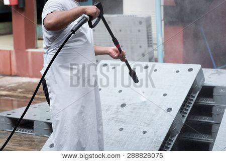 Cleanliness Of Plastic Pallet In The Foods Industry In India.high Pressure Cleaning Washer Water Jet