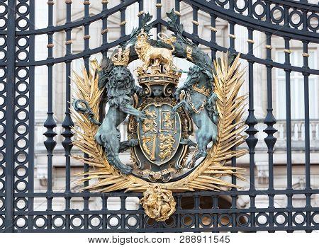 London, United Kingdom - Februari 20, 2019 : Coat Of Arms On Buckingham Palace Fence
