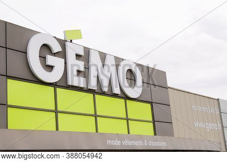 Bordeaux , Aquitaine / France - 10 01 2020 : Gemo Logo And Text Sign Of Low Cost Store In Street Fas