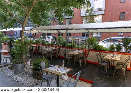 New York / Usa - October 3 2020: An Empty Outdoor Restaurant In Downtown Manhattan. Covid Outdoor Di