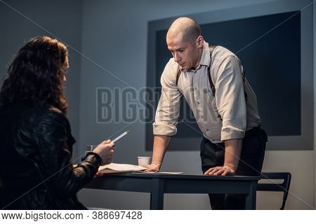 The Detective Introduces The Suspect To The Case Materials, Asks Him To Sign.