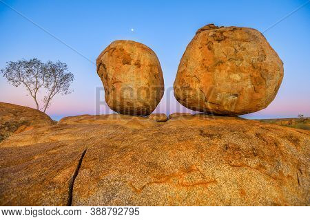 Evening At Devils Marbles: The Eggs Of Mythical Rainbow Serpent At Karlu Karlu - Devils Marbles Cons