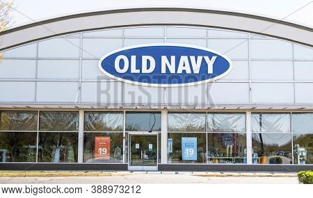 Bay Shore, New York, Usa - 25 April 2020: The Front Of An Old Navy Store In A Strip Mall Empty Due T