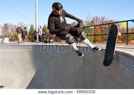 Veteran Skateboarder Wipes Out In Big Bowl