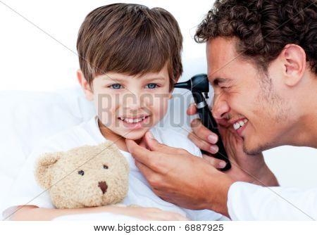 Atractivo Doctor examinar oídos del paciente