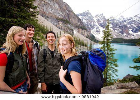 Кемпинг друзей в горах