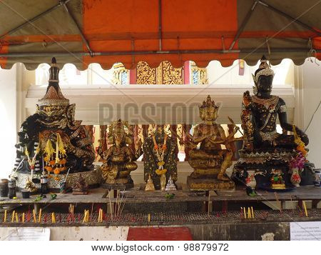 a place for praying with figures of the Buddha in front of the temple