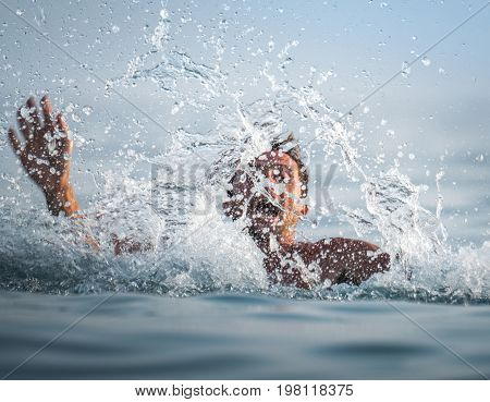 Man panics and drowns in the sea