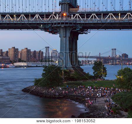 People waiting for sunset at Manhattan Bridge