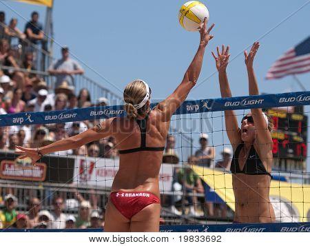 HERMOSA BEACH, CA - 8 août : Jen Kessy et April Ross (R) vs Nicole Branagh (L) et Elaine Youngs