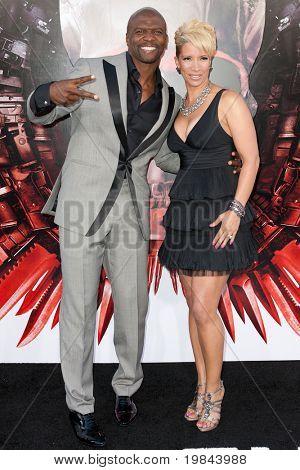 HOLLYWOOD, CA. - 3 AUG: acteur Terry Crews (L) en Rebecca Crews (R) komen in The Expendables Los een