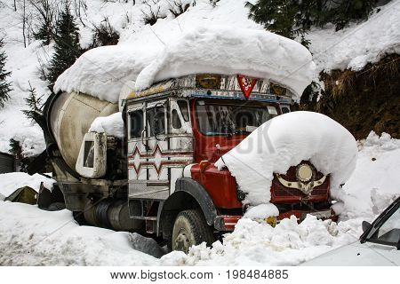 he truck was covered with snow Can not travel