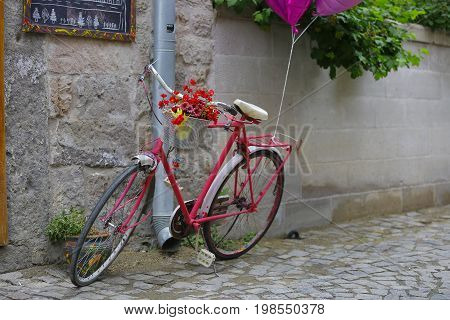 A beaıutiful pinky bike at a street