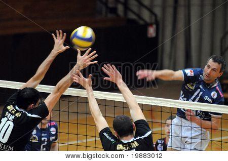 KAPOSVAR, Hongrie - 7 avril : Sandor Kantor (R) stirkes le ballon lors d'un match amical de volley-ball Kaposv