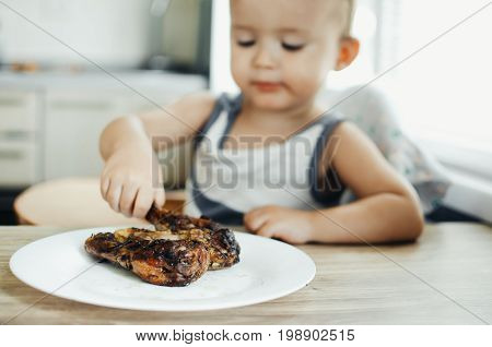 The Child Eats Lunch,meat Chicken