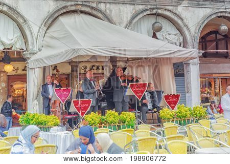 Venice, Italy - May 11, 2017 : Musicians Play Near Cafe-lavena. It Was Established In 1750, And Was