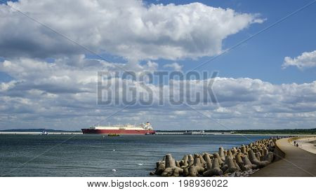 GAS CARRIER - Breakwater sea port and LNG terminal
