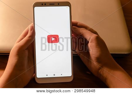 Girl In The Hands Of The Phone Xiaomi Redmi 5 Which Runs The Application Youtube.april 22, 2019 Stav