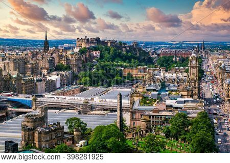 The city of Edinburgh in Scotland at sunset - With a view of the Edinburgh Csatle and several landmarks