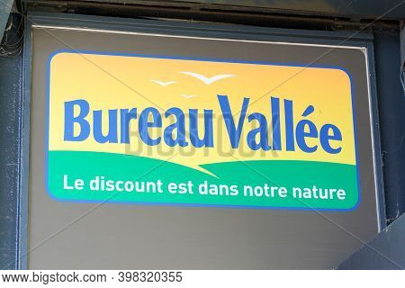 Bordeaux , Aquitaine  France - 12 01 2020 : Bureau Vallee Logo And Text Sign For Office Supplies Sto