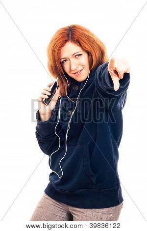 glückliche Frau mit Smartphone und Kopfhörer