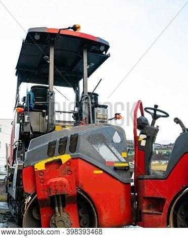 Steamroller And Asphalt Layer For Paving Roads And Compacting Asphalt.
