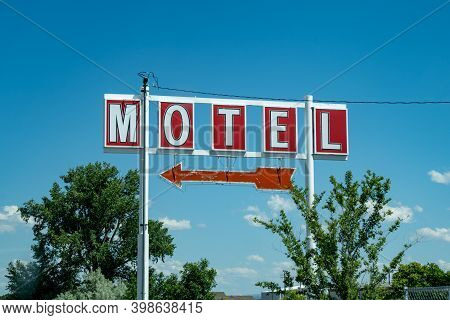 Generic, Vintage Motel Sign With An Arrow, Against Blue Sky. Colors Of Red And White