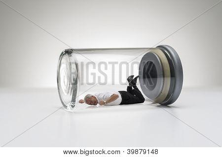 Senior hombre atrapado en un tarro de cristal
