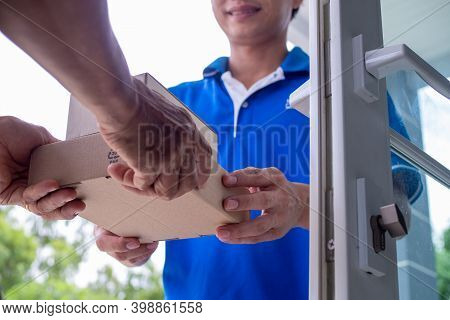 Asian Delivery Staff Are Happy To Deliver Packages To The Recipients Quickly. Fast And Convenient On