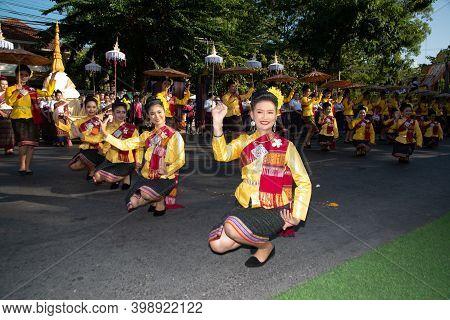 Khon Kaen,thailand - November  29 , 2019 : Unidentified Traditional Dancing In Participants Take Par