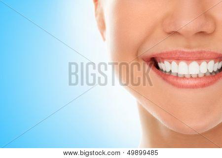 Uma mulher está sorrindo enquanto sendo no dentista