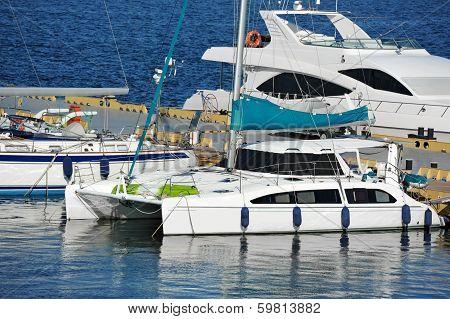 Trimaran motor yacht