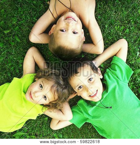 some kids playing in the grass together