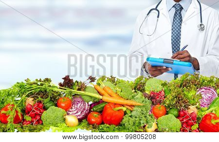 Doctor man with vegetables. Healthy diet and nutrition.
