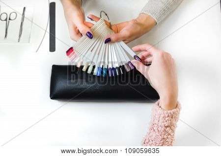 Woman chose cats-eye color shellac for nail