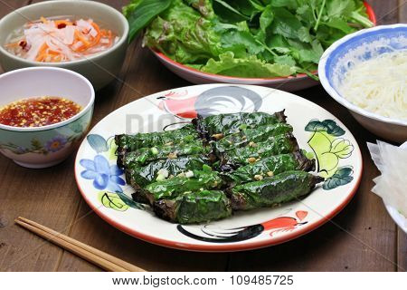 grilled minced beef wrapped in betel leaf, vietnamese cuisine, thit bo nuong la lot