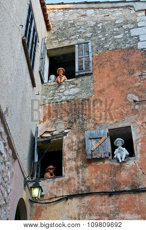 dolls on the wall in the Gourdon playing flute