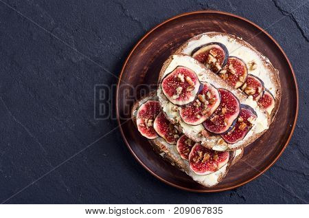 healthy toast with figs walnuts and honey.