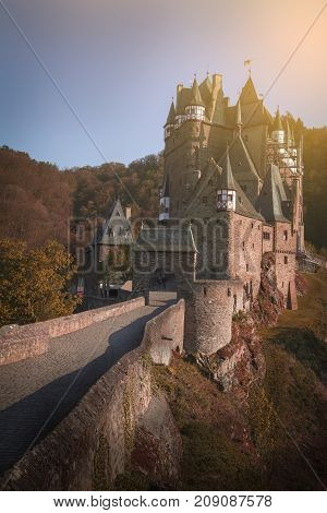 This castle is one of two castle in Rhineland-Palatinate which have naver been destroyed since built in the middle 11th century and one of the descendants of the family still lives there until now.