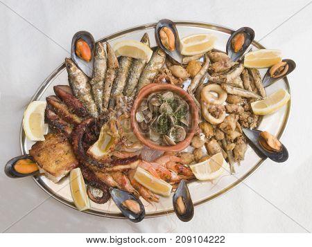 A plate of fresh seafood. Fritura de pescado .