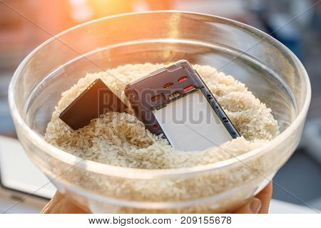 Dropped your phone in water - The fix is rice. Wet smartphone repair in rice