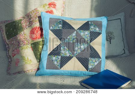 step by step instructions for sewing cushions in the style of the patchwork