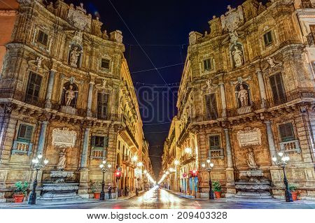 Central square Quattro Canti in Palermo, Sicily, Italy. This baroque square was laid out on the orders of the Viceroy the Duke between 1608-1620 by Giulio Lasso