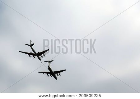 Aircraft refueling in the air is the skill of pilot aerobatics