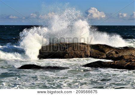 El mar rompiendo con furia sobre las rocas